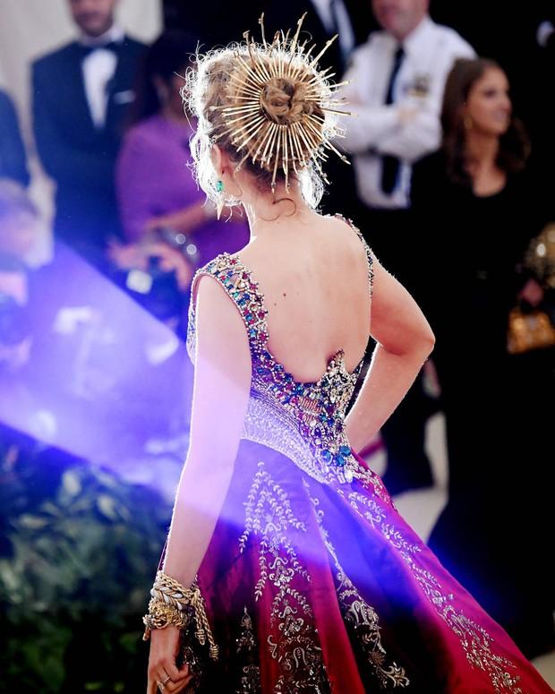 Blake Lively diện váy cồng kềnh đến mức phải thuê riêng xe bus để đi tới Met Gala 2018 - Ảnh 4.