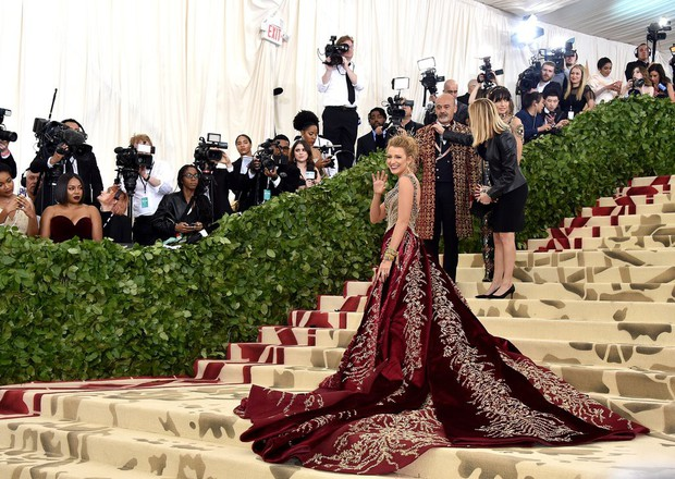 Blake Lively diện váy cồng kềnh đến mức phải thuê riêng xe bus để đi tới Met Gala 2018 - Ảnh 5.