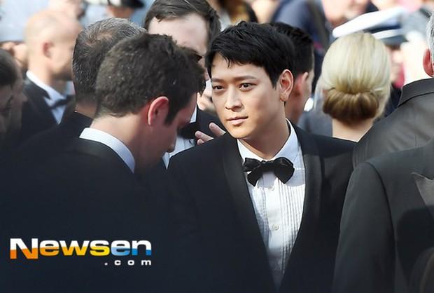 Thánh sống Kang Dong Won bỗng gây sốt vì... che nắng cũng đẹp như một thước phim tại thảm đỏ Cannes - Ảnh 1.