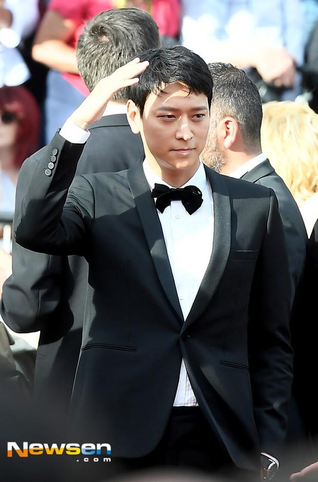 Thánh sống Kang Dong Won bỗng gây sốt vì... che nắng cũng đẹp như một thước phim tại thảm đỏ Cannes - Ảnh 6.