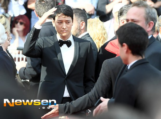 Thánh sống Kang Dong Won bỗng gây sốt vì... che nắng cũng đẹp như một thước phim tại thảm đỏ Cannes - Ảnh 2.