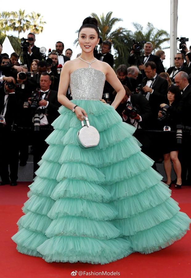 Cannes 2018: Phạm Băng Băng gây thất vọng vì nhuộm xanh thảm đỏ, hở ngực - gây sốc vẫn được tận dụng triệt để - Ảnh 1.
