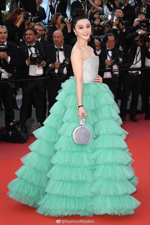 Cannes 2018: Phạm Băng Băng gây thất vọng vì nhuộm xanh thảm đỏ, hở ngực - gây sốc vẫn được tận dụng triệt để - Ảnh 5.