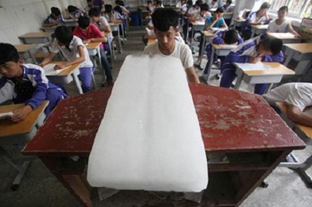 Cách đối phó với cái nóng đầu hè không thể bá đạo hơn của học sinh: Vẽ điều hòa lên bảng và... tưởng tượng! - Ảnh 8.