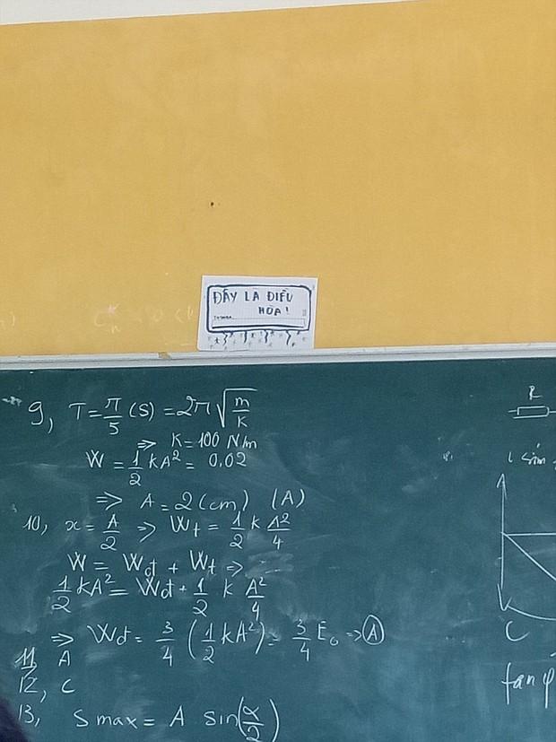 Cách đối phó với cái nóng đầu hè không thể bá đạo hơn của học sinh: Vẽ điều hòa lên bảng và... tưởng tượng! - Ảnh 2.