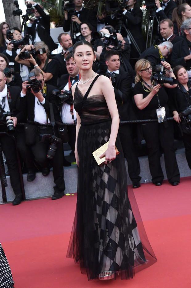 Cannes 2018: Phạm Băng Băng gây thất vọng vì nhuộm xanh thảm đỏ, hở ngực - gây sốc vẫn được tận dụng triệt để - Ảnh 26.