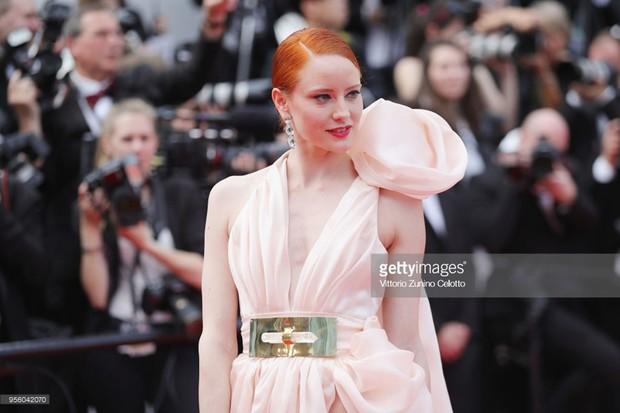 Cannes 2018: Phạm Băng Băng gây thất vọng vì nhuộm xanh thảm đỏ, hở ngực - gây sốc vẫn được tận dụng triệt để - Ảnh 30.
