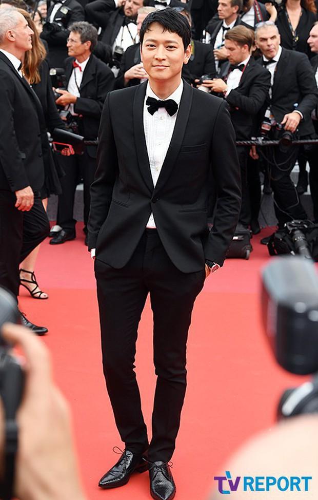 Thánh sống Kang Dong Won bỗng gây sốt vì... che nắng cũng đẹp như một thước phim tại thảm đỏ Cannes - Ảnh 10.