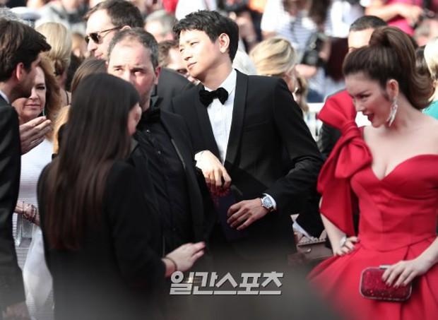 Thánh sống Kang Dong Won bỗng gây sốt vì... che nắng cũng đẹp như một thước phim tại thảm đỏ Cannes - Ảnh 7.