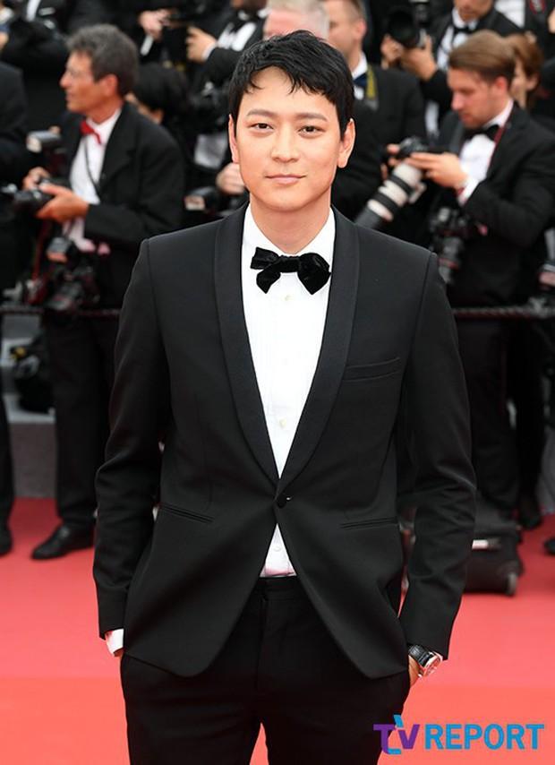 Thánh sống Kang Dong Won bỗng gây sốt vì... che nắng cũng đẹp như một thước phim tại thảm đỏ Cannes - Ảnh 13.