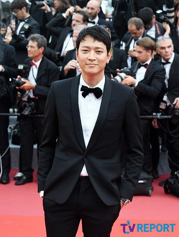 Thánh sống Kang Dong Won bỗng gây sốt vì... che nắng cũng đẹp như một thước phim tại thảm đỏ Cannes - Ảnh 12.