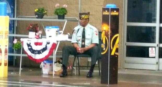 Hệ thống siêu thị Walmart Mỹ bị chỉ trích dữ dội vì để cụ già ngồi giữa cơn mưa mà không cho vào trong trú - Ảnh 1.
