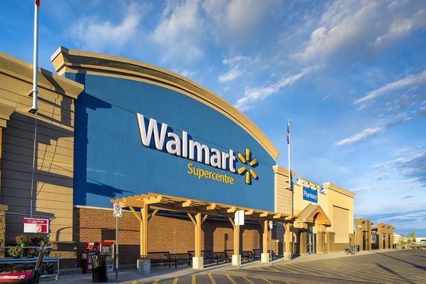 Hệ thống siêu thị Walmart Mỹ bị chỉ trích dữ dội vì để cụ già ngồi giữa cơn mưa mà không cho vào trong trú - Ảnh 2.