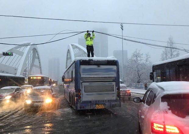 Mưa tuyết, giá lạnh tràn xuống Trung Quốc: Sinh viên cầm ô, xếp hàng lên lớp - Ảnh 16.