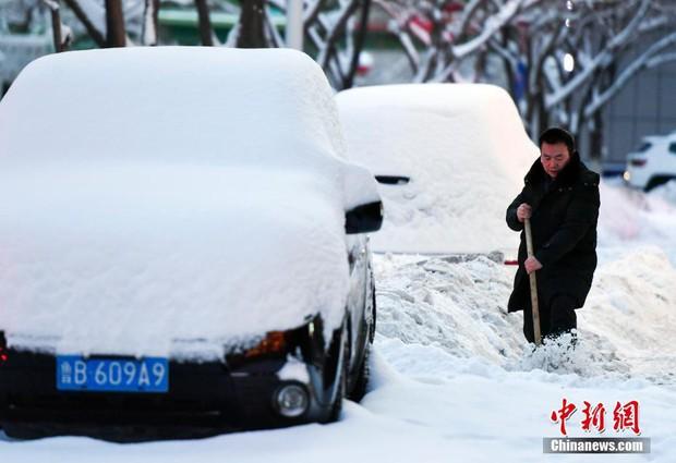 Mưa tuyết, giá lạnh tràn xuống Trung Quốc: Sinh viên cầm ô, xếp hàng lên lớp - Ảnh 6.