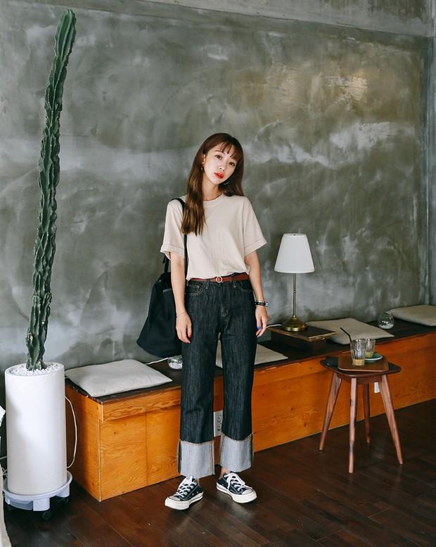 Quần jeans ống rộng gập gấu: không phải người ta trót mua quần dài rồi xắn lên cho ngắn đâu, là hot trend đấy! - Ảnh 5.