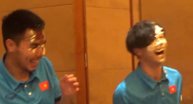 Công Phượng bị úp bánh kem vào mặt trong tiệc sinh nhật với U23 Việt Nam - Ảnh 4.