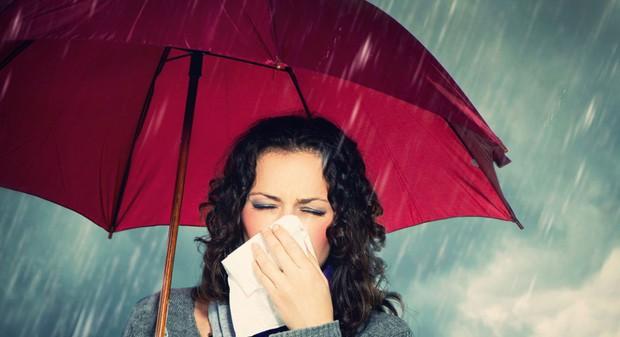 Mấy ngày Hà Nội nắng mưa thất thường, cần chú ý những điều sau để phòng ngừa nguy cơ mắc bệnh - Ảnh 1.
