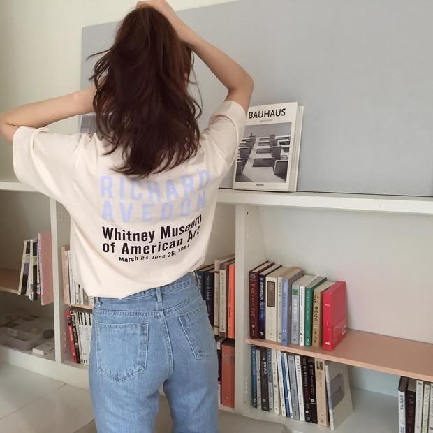 Hè năm nay, nếu tủ đồ của bạn chưa có áo phông in chữ vintage cực tây kiểu này thì bạn đang sống chậm quá rồi - Ảnh 4.