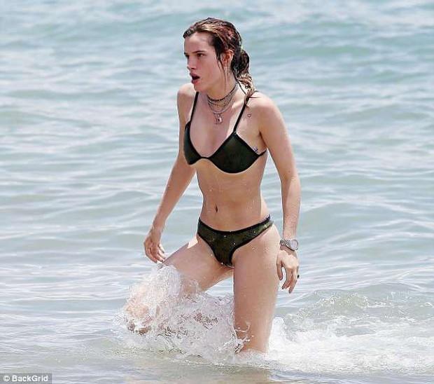Bella Thorne mặc bikini khoe cả vùng cánh rậm rạp trên bãi biển - Ảnh 3.
