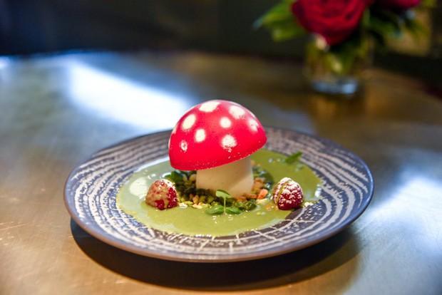 Nhà hàng ở Anh dám dùng nấm độc để làm món tráng miệng cho khách - Ảnh 1.