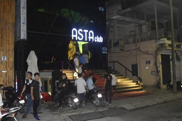 Đột kích quán bar ASTA lúc nửa đêm, phát hiện vũ công múa cột ăn mặc hở hang, nhiều ma túy tổng hợp - Ảnh 2.