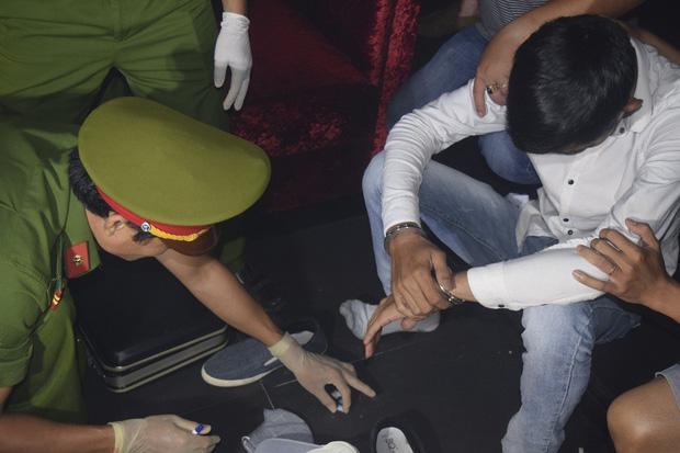 Đột kích quán bar ASTA lúc nửa đêm, phát hiện vũ công múa cột ăn mặc hở hang, nhiều ma túy tổng hợp - Ảnh 9.