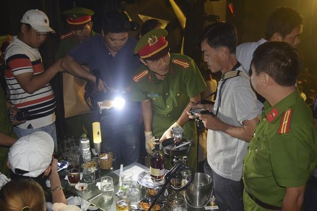 Đột kích quán bar ASTA lúc nửa đêm, phát hiện vũ công múa cột ăn mặc hở hang, nhiều ma túy tổng hợp - Ảnh 3.