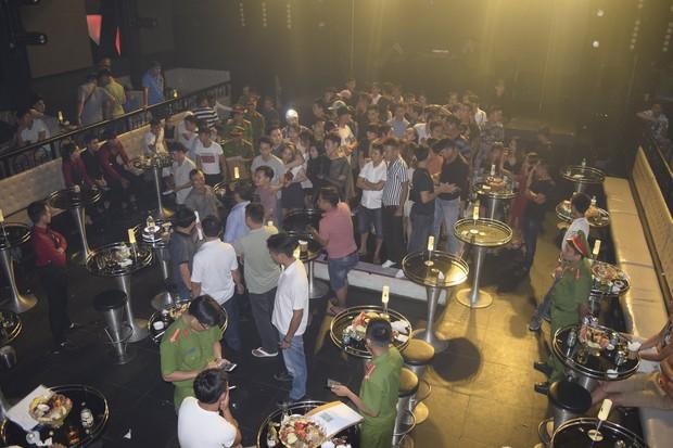 Đột kích quán bar ASTA lúc nửa đêm, phát hiện vũ công múa cột ăn mặc hở hang, nhiều ma túy tổng hợp - Ảnh 4.
