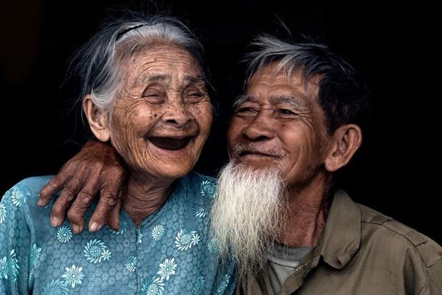 Nhiếp ảnh gia người Pháp chụp bộ ảnh đôi vợ chồng 94 tuổi và phía sau đó là một cổ tích tình già siêu dễ thương ở làng rau Trà Quế - Ảnh 1.