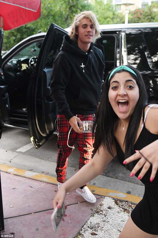 Khoảnh khắc hài hước: Fan nữ lao đến ké một bức ảnh khi paparazzi đang chụp Justin Bieber - Ảnh 2.