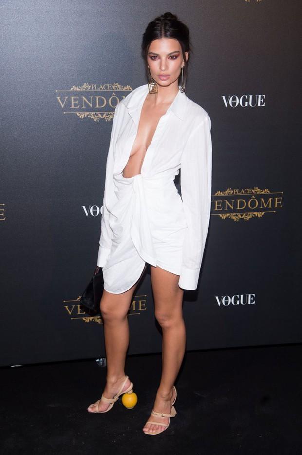 Mặc váy hờ hững khoe vòng 1, Kendall Jenner đụng hàng ngay với Kim Kardashian và Hoàng Ku - Ảnh 6.