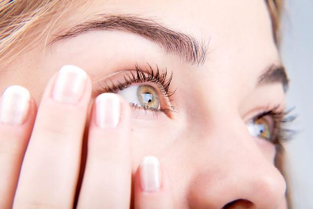 Vệt đỏ trong mắt có thể ngầm báo hiệu một số vấn đề sức khỏe nghiêm trọng - Ảnh 4.