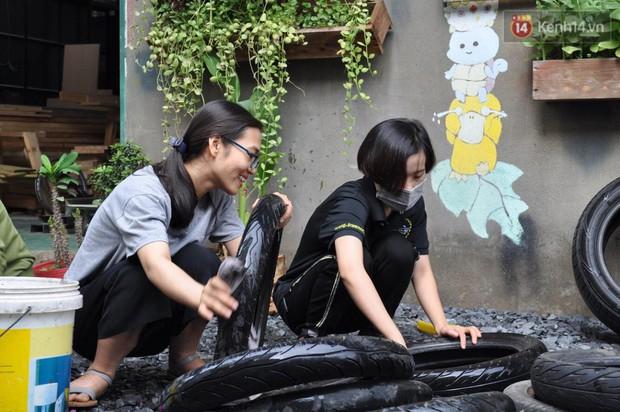 Nhận về những vỏ lốp ô tô hư hỏng và đây là cách mà nhóm bạn trẻ tạo nên một sân chơi cho các em nhỏ ở Bình Phước - Ảnh 1.