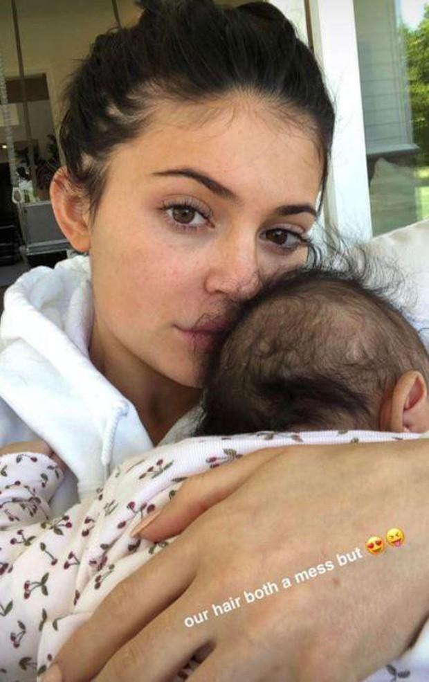 Tiết lộ lý do đáng sợ khiến Kylie Jenner hốt hoảng xóa hết ảnh lộ mặt con trên mạng - Ảnh 2.