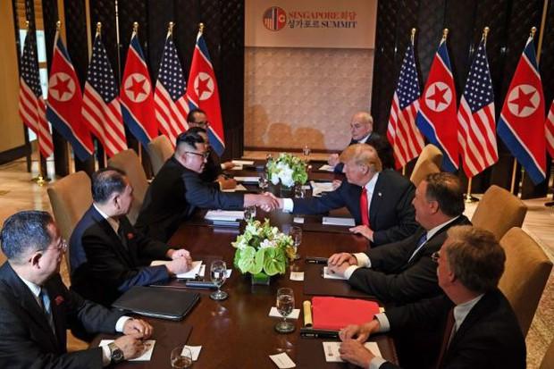 Khoảnh khắc lịch sử: Tổng thống Mỹ Donald Trump bắt tay lãnh đạo Triều Tiên Kim Jong-un - Ảnh 4.