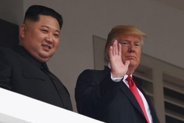 Khoảnh khắc lịch sử: Tổng thống Mỹ Donald Trump bắt tay lãnh đạo Triều Tiên Kim Jong-un - Ảnh 5.