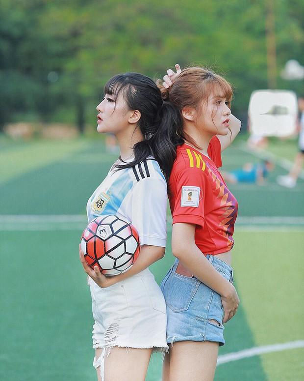 Danh tính 2 cô gái xinh khoe dáng nóng bỏng trên sân cỏ hưởng ứng World Cup 2018 - Ảnh 7.