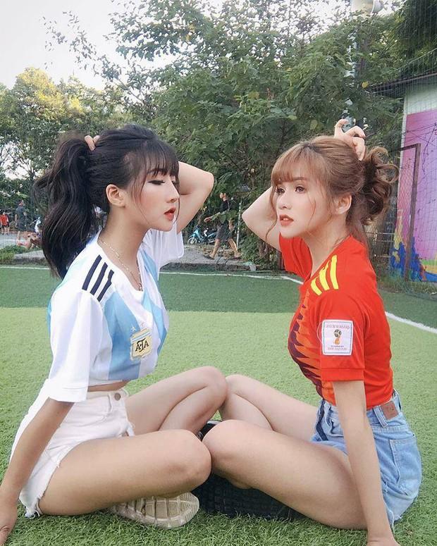 Danh tính 2 cô gái xinh khoe dáng nóng bỏng trên sân cỏ hưởng ứng World Cup 2018 - Ảnh 1.