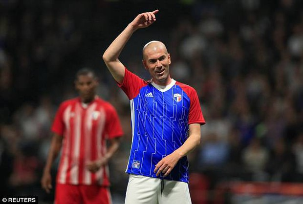 Zidane lập siêu phẩm đá phạt, đánh bại đội bóng của Wenger - Ảnh 1.