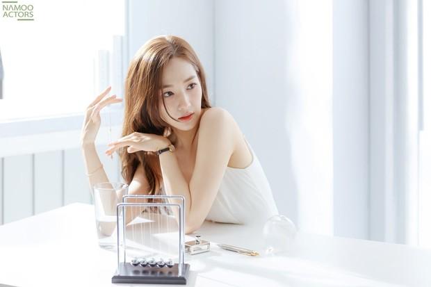 Ảnh hậu trường đẹp khó tin của đệ nhất dao kéo Park Min Young: Đẳng cấp còn hơn cả thần tiên tỉ tỉ - Ảnh 1.