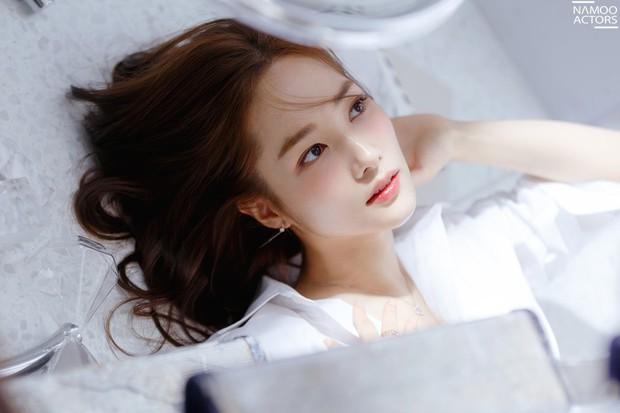 Ảnh hậu trường đẹp khó tin của đệ nhất dao kéo Park Min Young: Đẳng cấp còn hơn cả thần tiên tỉ tỉ - Ảnh 2.