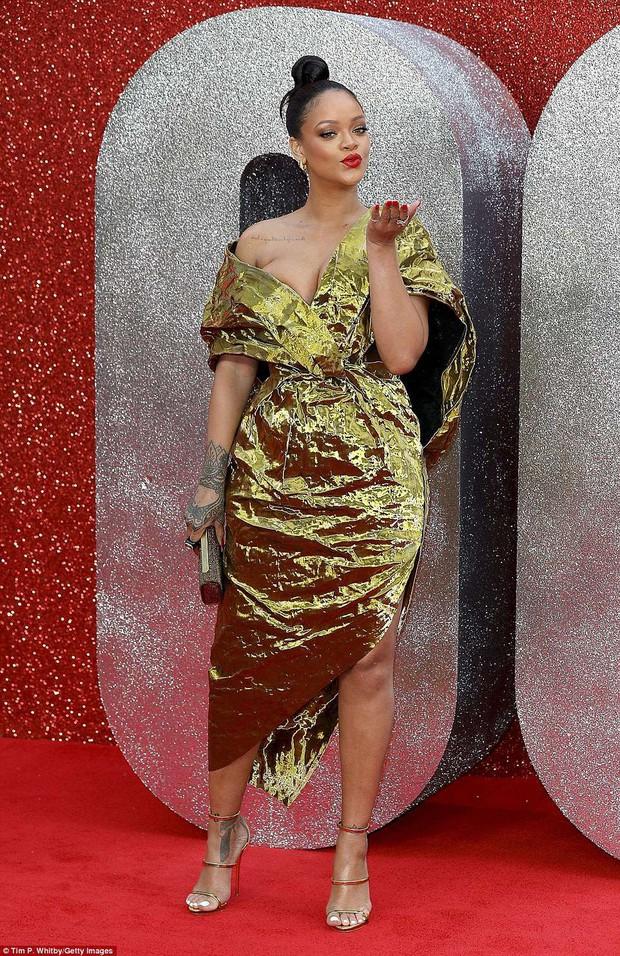 Rihanna mặc đồ trễ nải suýt lộ cả vòng 1 trên thảm đỏ Oceans 8 - Ảnh 4.