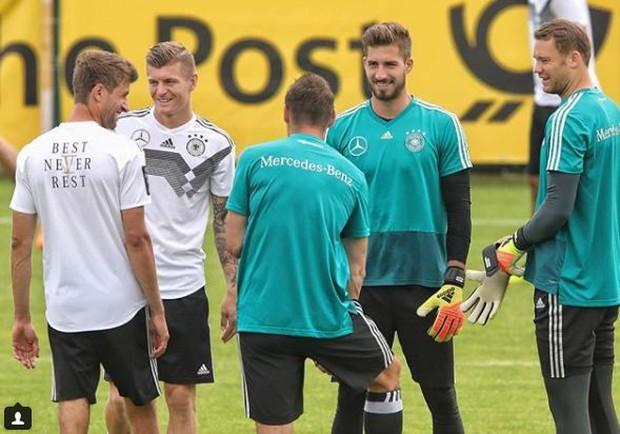 Fan nữ bị hút hồn bởi chàng thủ môn đội tuyển Đức đẹp trai như tài tử - Ảnh 1.