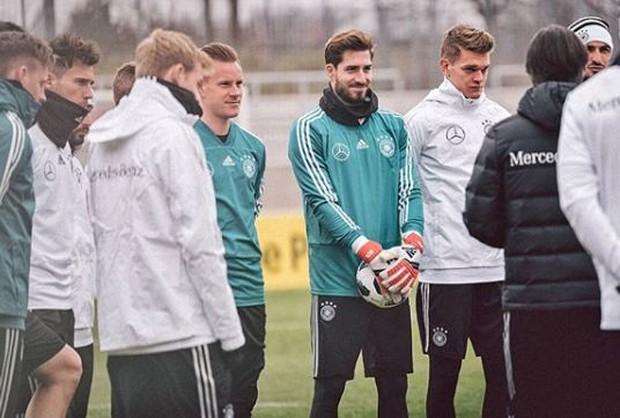 Fan nữ bị hút hồn bởi chàng thủ môn đội tuyển Đức đẹp trai như tài tử - Ảnh 8.