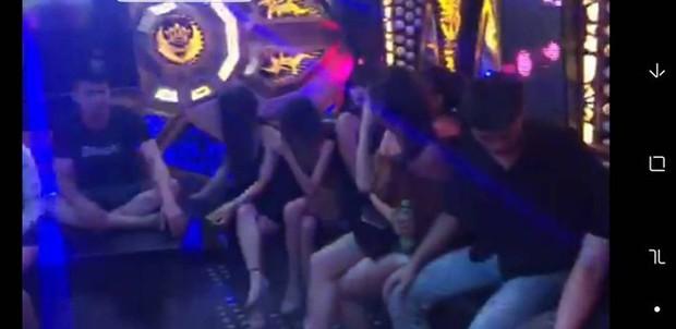 Nữ sinh viên bay lắc cùng 8 thanh niên trong quán Karaoke - Ảnh 1.