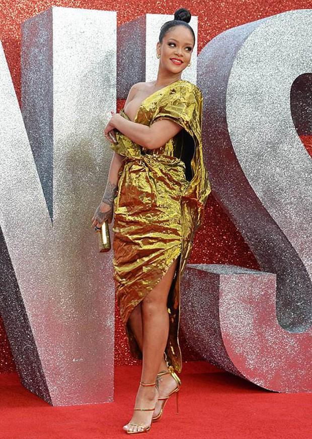 Rihanna mặc đồ trễ nải suýt lộ cả vòng 1 trên thảm đỏ Oceans 8 - Ảnh 3.