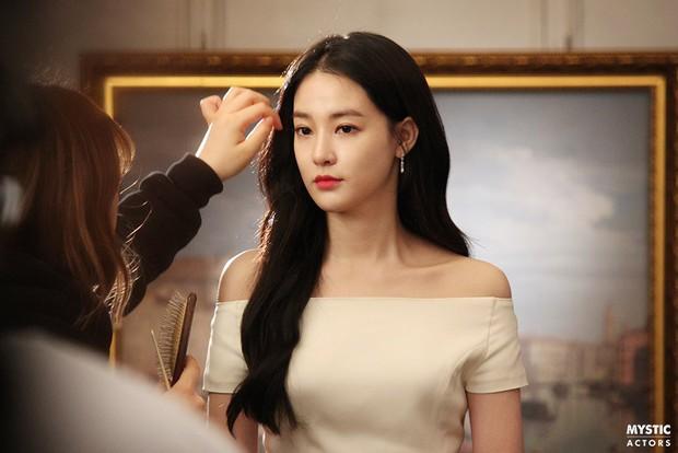 Vẫn biết bạn gái G-Dragon đẹp, nhưng không ngờ lại đến mức này trong loạt hình hậu trường - Ảnh 1.
