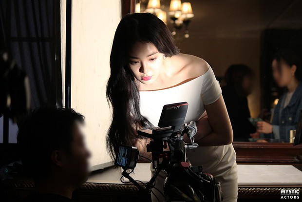 Vẫn biết bạn gái G-Dragon đẹp, nhưng không ngờ lại đến mức này trong loạt hình hậu trường - Ảnh 4.