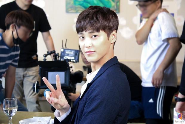 Ai cũng choáng khi biết tuổi thật của mỹ nam thủ vai anh trai Park Seo Joon trong Thư Ký Kim - Ảnh 6.